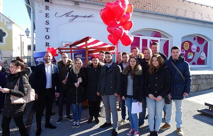 Torta i baloni uz Valentinovo – Žene i mladi HDZ-a Varaždincima uljepšali Dan zaljubljenih