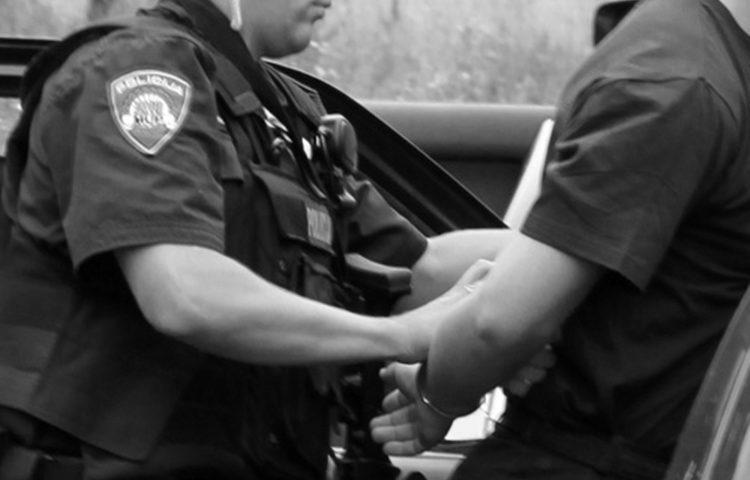 Vozio pijan, odbio alkotestiranje i nasrnuo na policajca