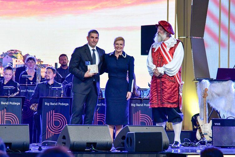 Predsjednicu Kolindu Grabar Kitarović na Danima turizma dočekao na pozornici ni manje ni više nego varaždinski notar