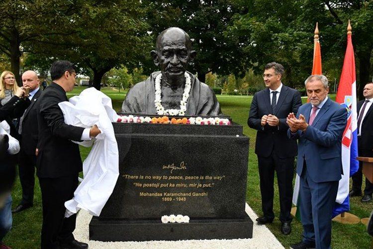 U parku Bundek u Zagrebu otkrivena bista Mahatme Gandhija