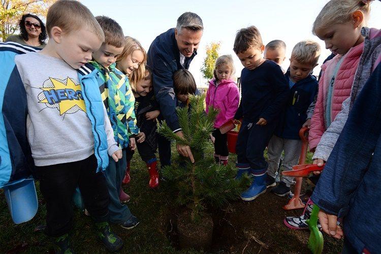 """ČAKOVEC: Počela akcija """"Posadi i ti jedno stablo"""", u deset vrtića posađeno 60 stabala"""