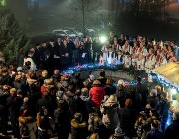Mali advent u Novom Marofu: Brojni građani uživali u Čaroliji Božića, paljenju druge svijeće, koncertu KUD-a Marof…