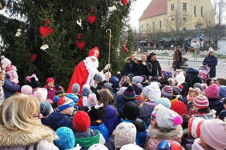Sveti Nikola darivao djecu na glavnom samoborskom trgu