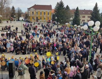 Male maškare i ove godine preplavile Trg sv. Jurja u Đurđevcu, za sve loše okrivljen i spaljen Mobitel