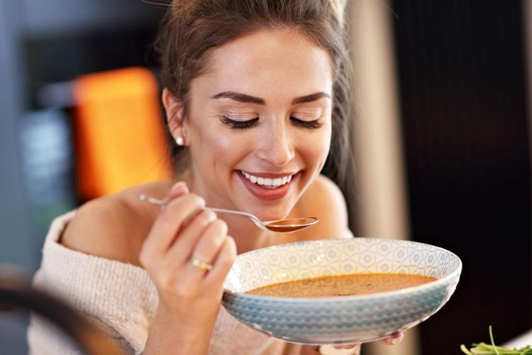 Liječi mamurluk i probavne smetnje: Zaboravljena juha koja se skuha za manje od 10 kuna!