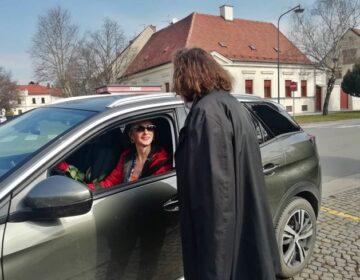 Policajci i gradonačelnik Čehok dijelili prigodne poklone uzornim vozačicama povodom Međunarodnog dana žena