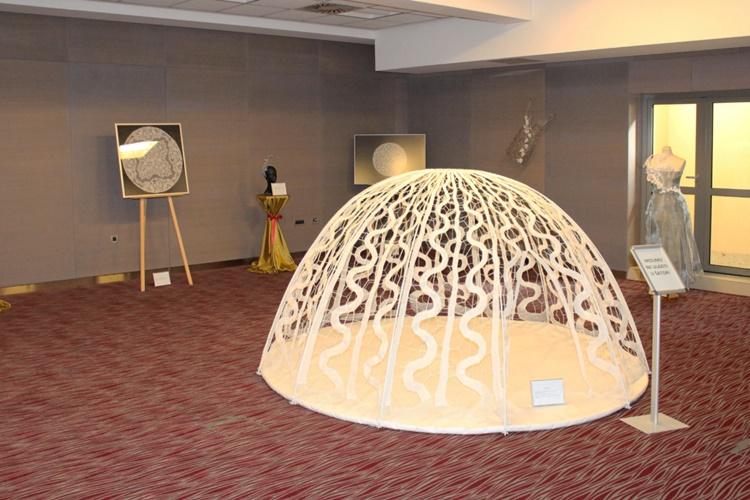 """U Hotelu Trakošćan otvorena izložba """"U susret 25. Međunarodnom festivalu čipke u Lepoglavi""""."""