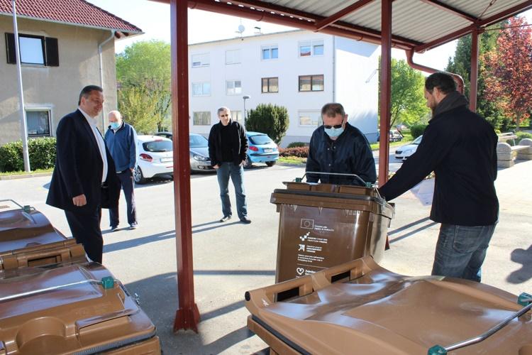 Stambene zgrade u Lepoglavi dobile spremnike za bio otpad – Škvarić: Smanjujemo postotak neselektiranog otpada