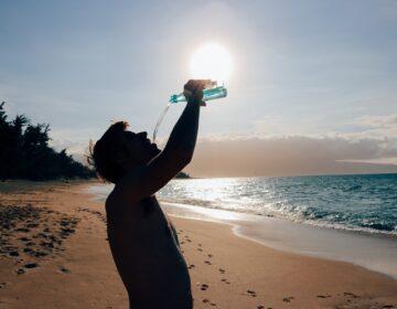 Ljetne vrućine i unos tekućine: Liječnik izdao upozorenje – evo što treba piti osim vode!