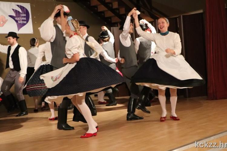"""Posjetitelji drugog dana festivala """"Iz bakine škrinje"""" u Koprivnici uživali u šarenilu koreografija folkloraša"""