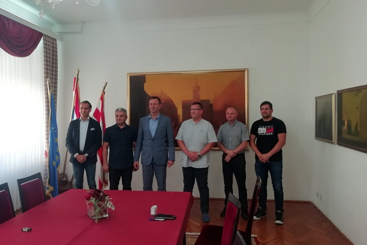 """Novi investitori u Gospodarskoj zoni Brezje – Bosilj: Kad maknemo bale, riješit ćemo Zonu """"u roku keks"""""""